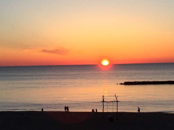 綺麗な夕日ヶ浦の海に映える高さ約5メートル、幅約4メートルの大きなブランコ