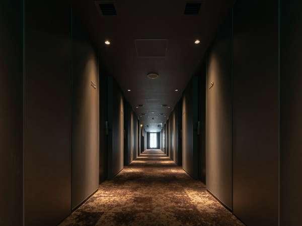 気持ちが落ち着く色調・光彩の廊下です。リラックスして、どうぞ心ゆくまでご滞在をお楽しみください。