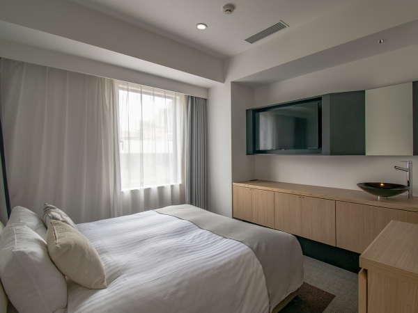 ダブルルームのベッドサイズは幅160cm。Serta社製のベッドマットレスは疲れた身体を癒してくれます。