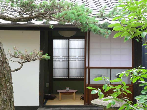 【VMGプレミア】渡り廊下の先にひっそりとたたずむ茶室も。日本家屋の風情が感じられる。