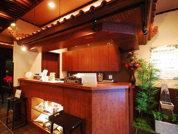 カプセルホテルとは思えない、バリ島の高級リゾートホテルをイメージしたフロント。