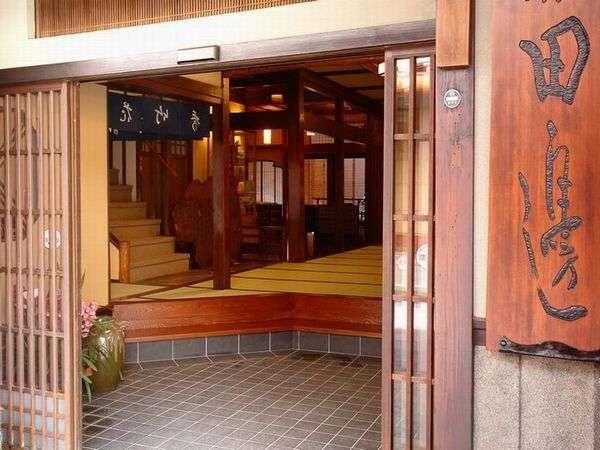 《玄関》和風造りの玄関でみなさまをお迎えいたします
