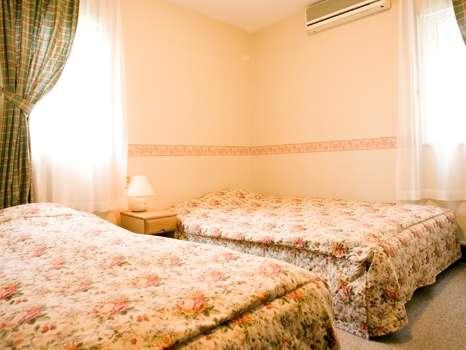 シングル&ダブルベッドを組み合わせたゲストルームは設備も充実
