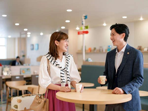 【ライブラリーカフェ】チェックイン後のカフェスペースとしても、きままにご利用いただけます