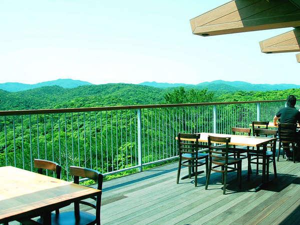 *【カフェラウンジ】オープンデッキからの与那覇岳の眺望は最高です!