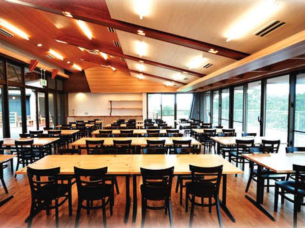 *【カフェラウンジ】全90席のゆったりとした空間です。