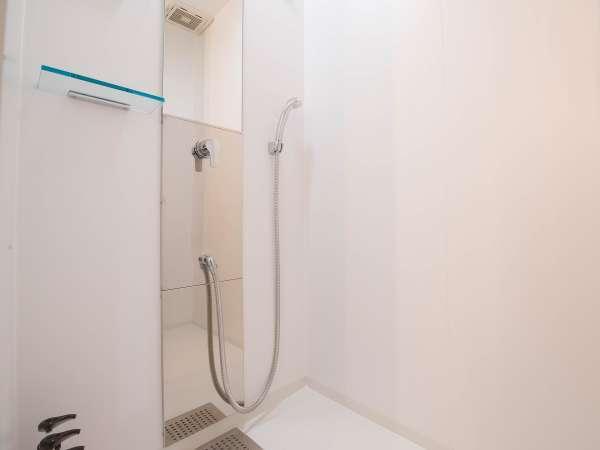 シャワーブースには桜の香りのシャンプー、コンディショナー、ボディソープのご用意があります。