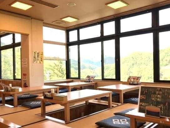 緑に吸い込まれるような風景を眺めるレストラン山櫻亭(小上がり席)