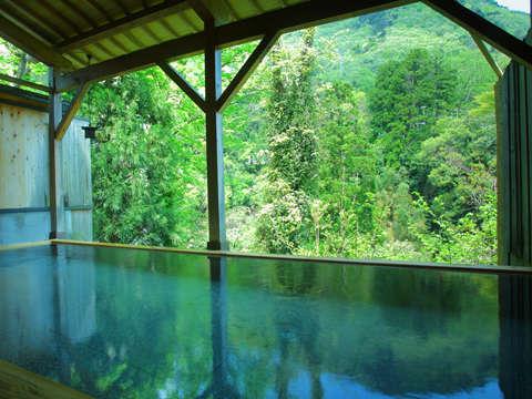 【露天風呂】自然との一体感が醍醐味です。日々の喧騒を忘れてゆっくりとリラックスしてください。