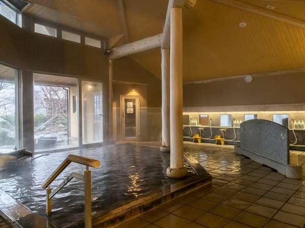 源泉かけ流し天然温泉の大浴場。鉄味を多く含んでおり、体の芯から温まります。