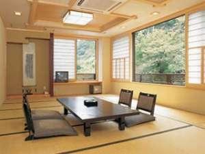 湯本川に面した当館で一番広く、くつろげるお部屋。和室18畳(室内にトイレ有)