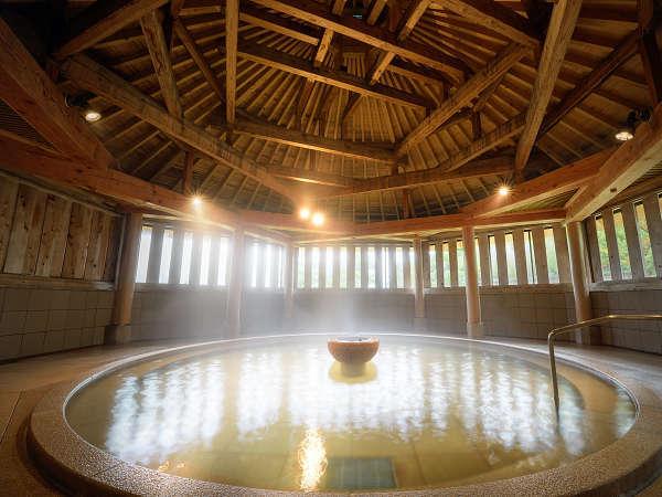 *大浴場/東北でも貴重な泉質を誇る天然温泉。たて格子から入る光とともに癒しのひと時を。
