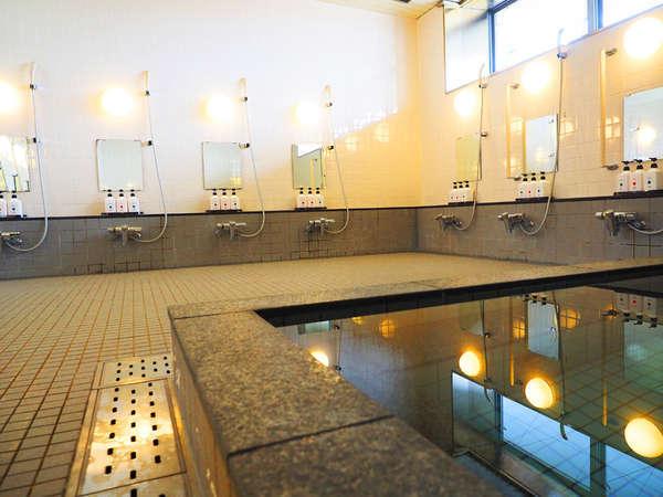 ボディソープ・シャンプー・コンディショナー完備。個室のシャワーブースが男女1室ずつあります。