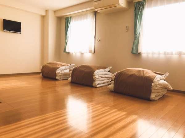 【ファミリールーム】フローリングの床にお布団を敷いてご利用下さい。