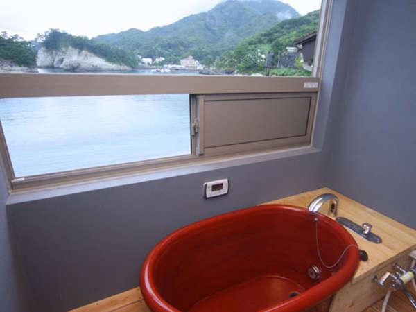 全室、半露天の陶器風呂付きです。※写真は海神のお部屋です。