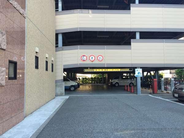 立体駐車場は高さの上限が2・1Mでございます。駐車券をお取りになりお進み下さいませ!