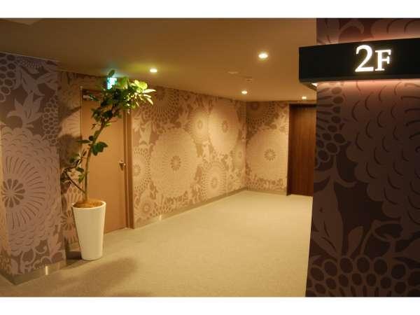 落ち着きのあるアジアンテイストな紋様で描かれた廊下です