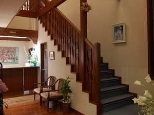 吹き抜けの空間が特徴のフロントから2階ゲストルームへの階段。