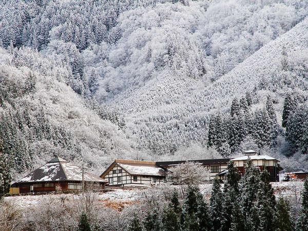 冬、山々に囲まれた当館では、絶景の雪景色をお楽しみいただけます