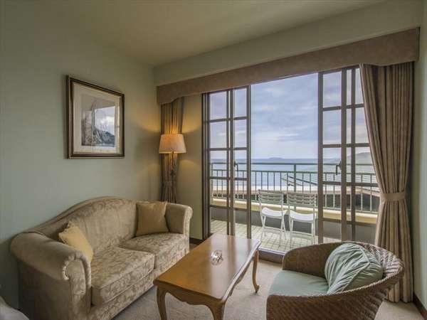 お部屋のソファーに腰掛けながら、海もご覧になれますよ