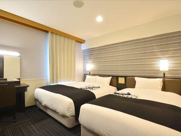 ツインルーム(広さ18.82㎡/ベッド幅151cm×1台、121cm×1台)3名様までご宿泊可能です。