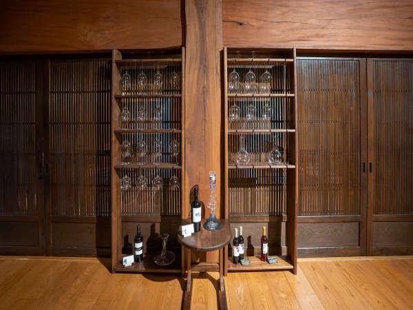 母屋【虎白】ワインとグラス