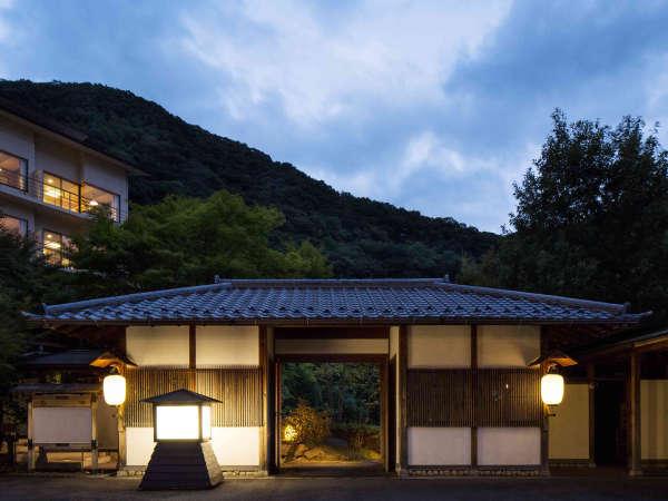 【外観】渓流沿いにひっそりと佇む温泉旅館。里山の温かな時間を。