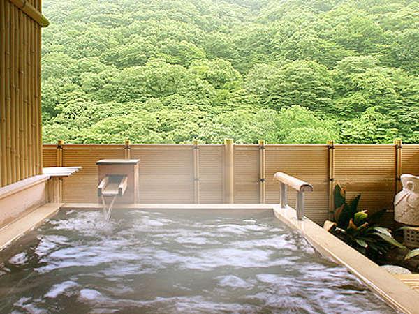 【露天風呂付き渓流和室(定員6名)】当館1室のみの檜の露天風呂のある客室。贅沢な時間をひとり占めです。