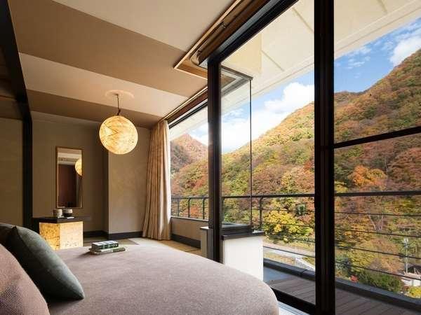 【客室イメージ】大きな窓から四季折々に表情を変える山や渓流を望むお部屋。