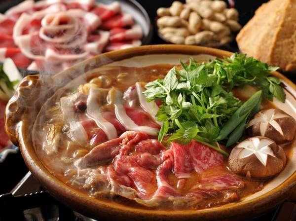 【特別会席イメージ】和牛と猪の味噌土手鍋