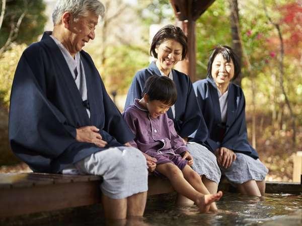 【足湯】ご家族でも楽しめる広々とした渓流沿いの足湯。
