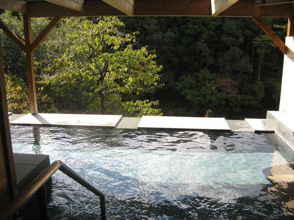 露天風呂はとろりとした泉質で、湯冷めがしにくいと、お客様に好評です。
