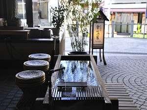 玄関前にある足湯も源泉かけ流し!冬季は足湯を行わない日がございます。