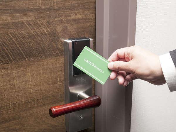お部屋の鍵はカードキー/入口ドアノブ上部にかざしてご入室下さい。
