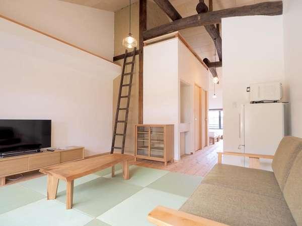 明るく開放的なリビングルーム。DVDプレイヤーもございます。梁の見える高い天井は開放感があります。
