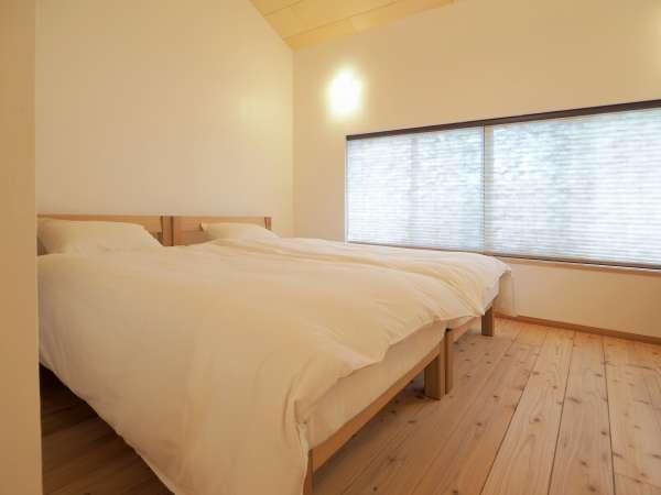 南向きの明るいベッドルーム。寝心地を追求したマットレスと羽毛布団をご用意しております。