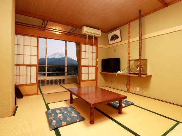 落ち着いた日本間のお部屋です。窓枠に入りきれないほどの大きな富士山が望めます。