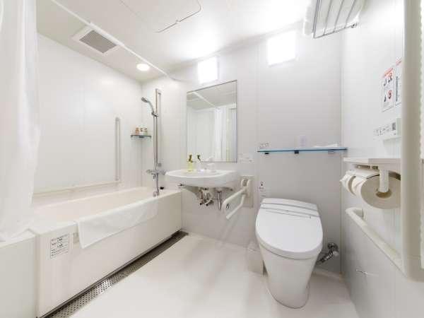 ユニバーサルツインバスルーム手すりもあり広めの作りです。