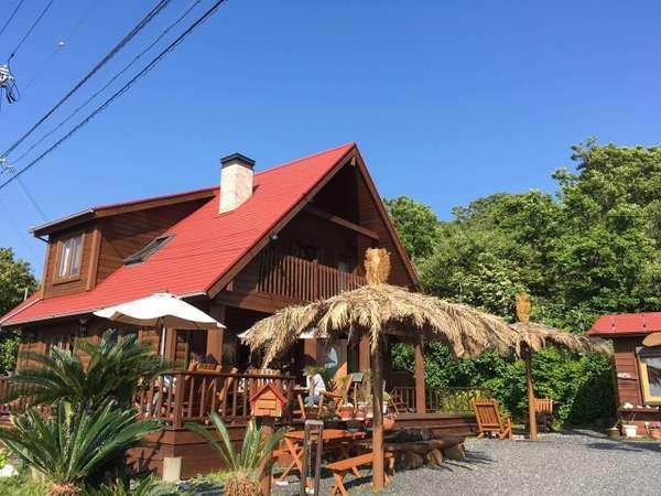 高台のログハウスで太平洋が眺められる白浜の人気カフェです。徒歩圏内に観光スポットがあります。