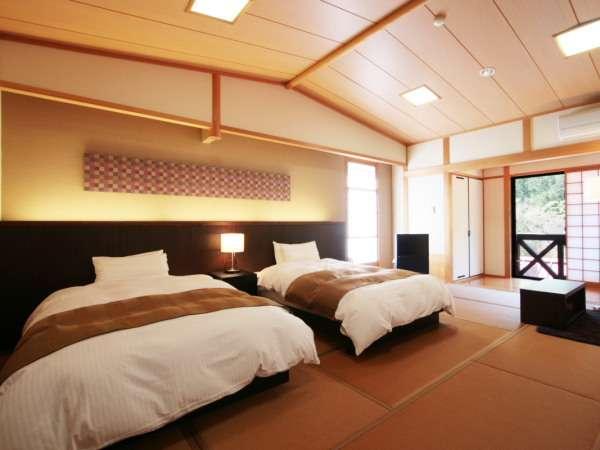 15畳の和室に、ツインベッドを設けた豊かな空間。