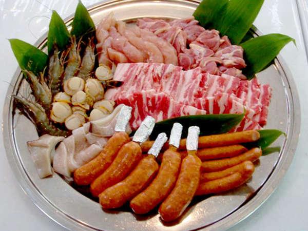 お肉や野菜を炭火でジュ~!!みんなでワイワイBBQをお楽しみ下さい。(食材一例)
