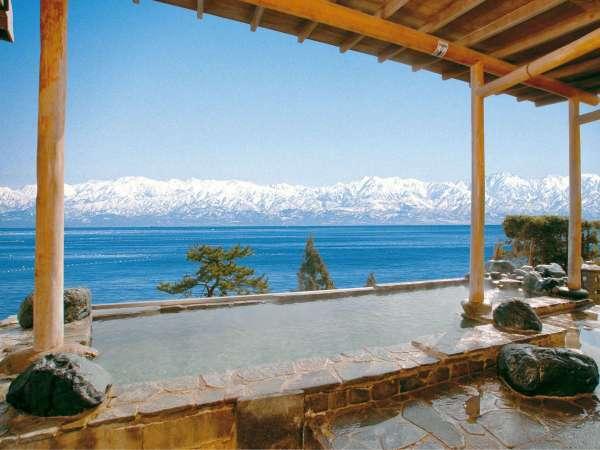 大浴場露天風呂目の前に富山湾が広がり、解放感いっぱい