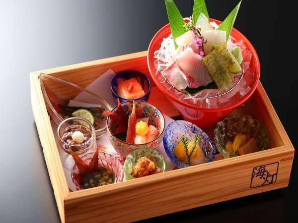 【ダイニング海】当館オリジナルとろ箱で富山湾の珍味とお造りをご堪能ください。
