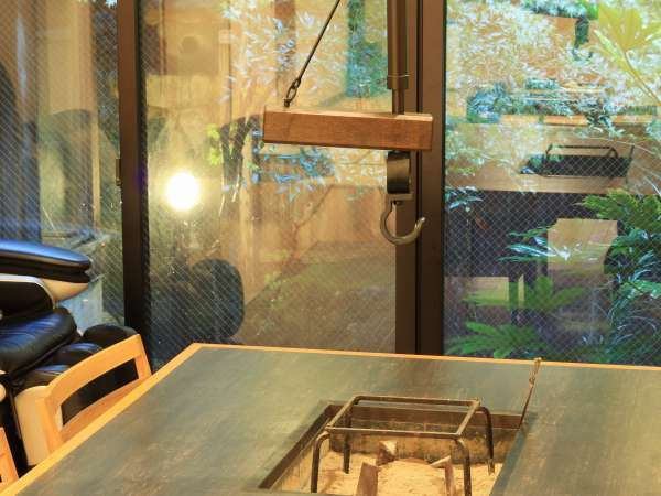 ◆椿館-特別室-◆リビングテーブルには囲炉裏がございます。