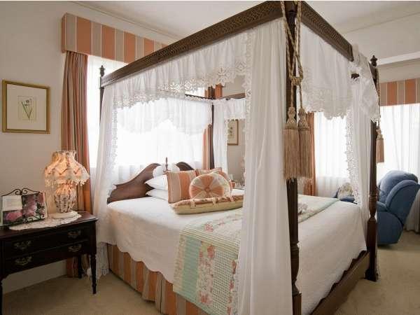 【マスターベッドルーム】ゆとりある天蓋付きベッド。大人の女性に人気のお部屋