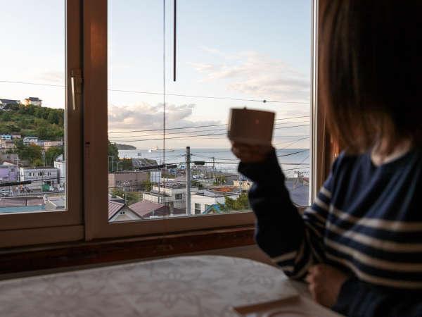 夕方の海を見ながらコーヒー