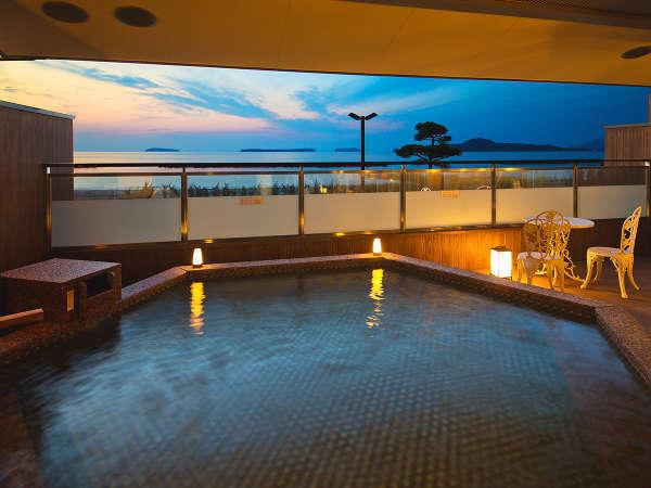 ■夕景の湯■海を望む 露天風呂、夕景を眺めながらの入浴は心身ともに癒される