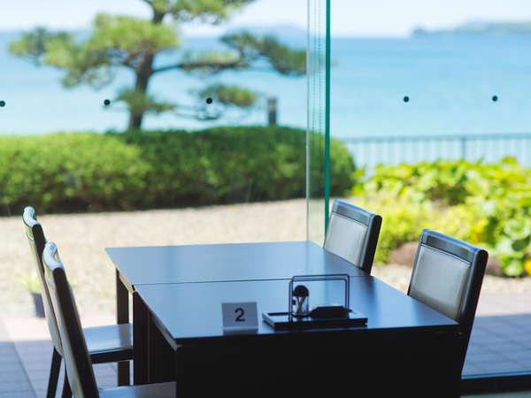 ガラス張りのレストランはお食事と共に外の景色を楽しむことができます