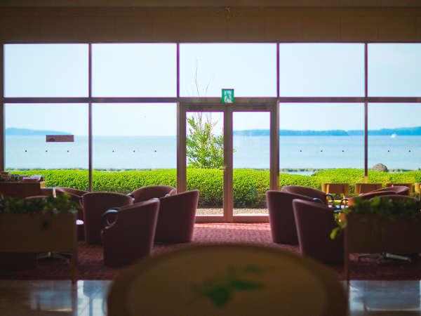 大きな窓が印象的な開放感あふれるロビーは「いつまでもいたくなるような、居心地の良さ」