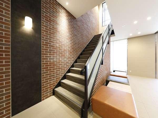 ■フロントロビーから2階は内階段をご利用頂けます